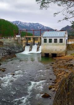 Wasserkraftwerk chemal im altai-gebirge