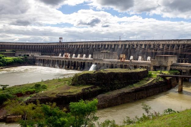 Wasserkraftwerk itaipu binacional in foz do iguazu brasilien an der grenze zu paraguay