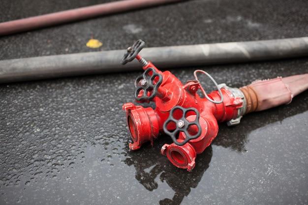 Wasserlauf-feuerlöscher im außenbereich einsatzbereit.