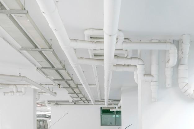 Wasserleitungssystem. installation der wasserleitung im gebäude. wasserleitungstransportsystem.