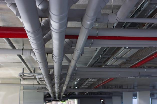 Wasserleitungssystem. installation von wasserleitungen im gebäude.