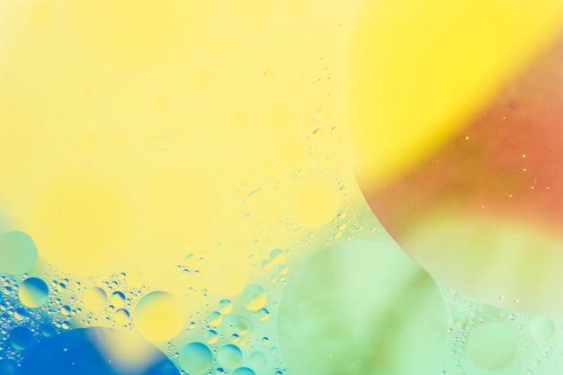 Wasserluftblase gemasert über dem farbenhintergrund