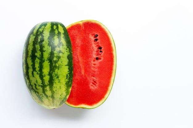 Wassermelone auf weißem hintergrund. draufsicht