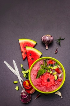 Wassermelone gazpacho, traditionelle spanische sommerkalte suppe