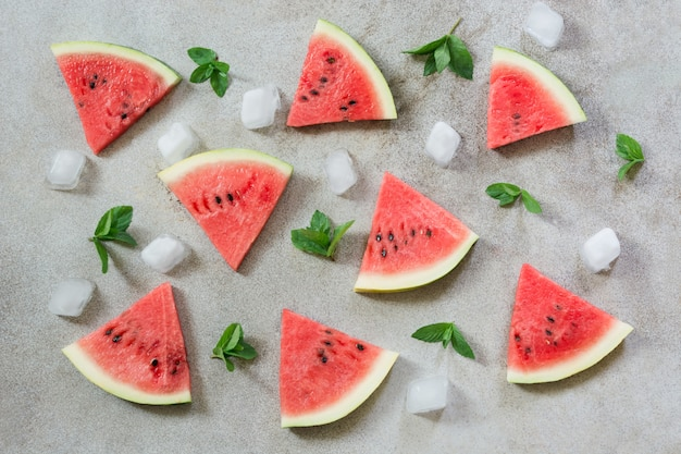 Wassermelone geschnitten auf grauem muster der weinlese. flachgelegt, draufsicht.