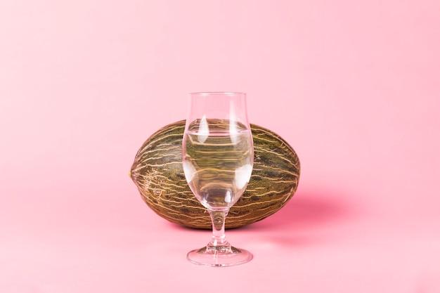Wassermelone hinter einem glas wasser