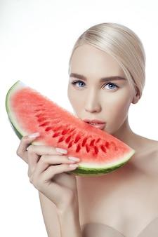 Wassermelone in händen von frauen, saubere glatte haut