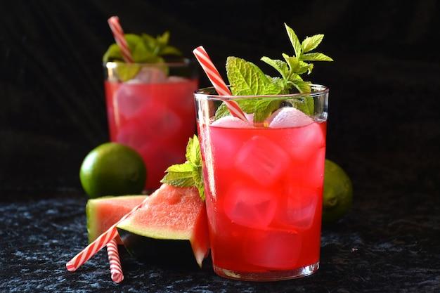Wassermelone mojito mit minze, rum, eis und zitronen