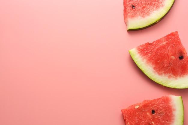 Wassermelone schneidet rosa hintergrund