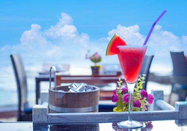 Wassermelone smoothie auf dem tisch am strand