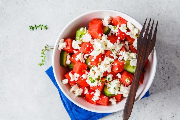 Wassermelonen-, gurken- und fetasalat in der weißen schüssel.
