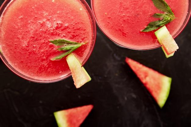 Wassermelonen-margarita-cocktail auf weißem hintergrund. wassermelonenlimonade