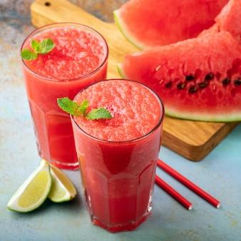 Wassermelonen-slushie mit kalk.