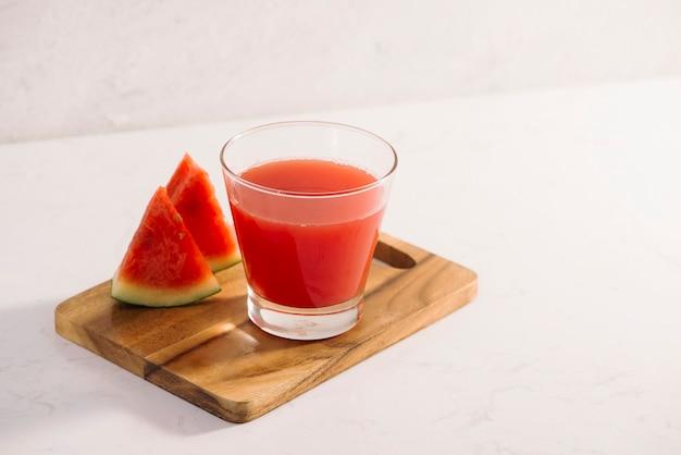 Wassermelonen-smoothie auf holzhintergrund, gesundes getränk