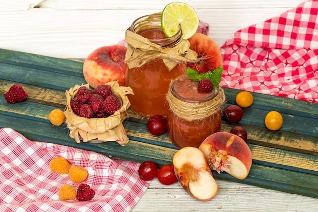 Wassermelonen-smoothie in einem glas mit pfirsich, limette