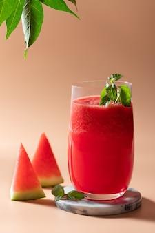 Wassermelonen-smoothie mit minze in einem glas