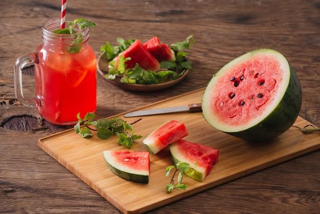 Wassermelonen-smoothie und geschnittene wassermelone Premium Fotos