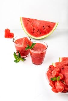 Wassermelonen-smoothies mit minze und wassermelonenstücken