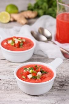 Wassermelonen-tomaten-gazpacho in schalen. traditionelle spanische kalte suppe.