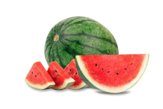Wassermelonenhälfte und geschnitten frisch frisch auf weißem hintergrund