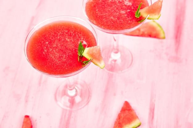 Wassermelonenmargaritacocktail auf rosa. frische wassermelonenlimonade