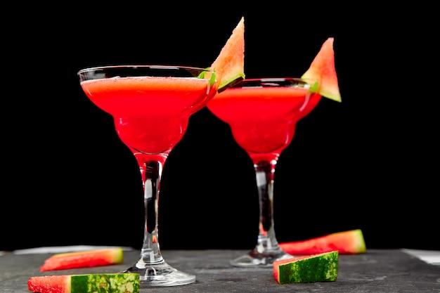 Wassermelonenmargaritacocktail auf schwarzem