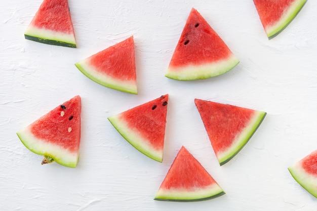 Wassermelonenmuster geschnittene wassermelone auf weißem hintergrund flache ansicht von oben