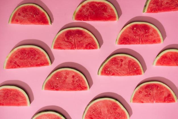 Wassermelonenmuster. geschnittene wassermelone auf weißem hintergrund. flache lage, ansicht von oben