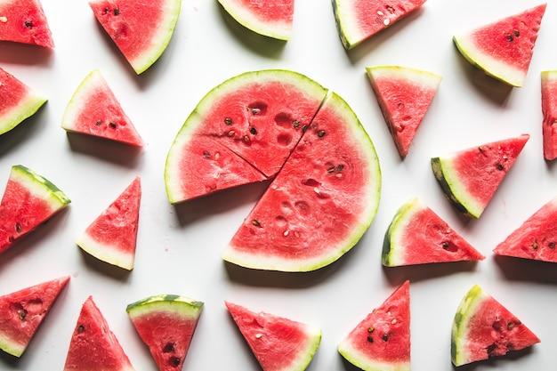 Wassermelonenmuster. rote wassermelone auf weißem hintergrund. sommerkonzept.