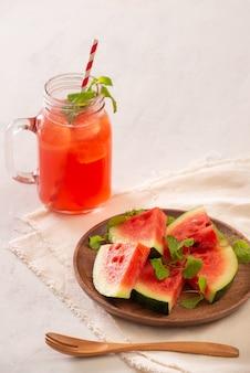 Wassermelonensaft auf weißer oberfläche, gesundes getränk