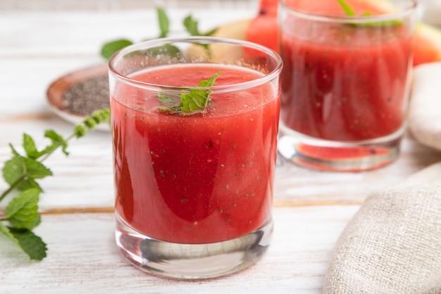 Wassermelonensaft mit chiasamen und minze im glas mit leinentextil. gesundes getränkekonzept.