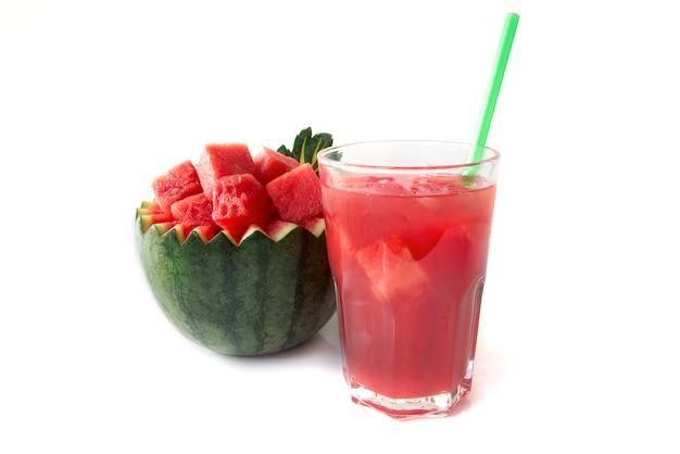 Wassermelonensaft zur sommerlichen erfrischung, verziert mit geschnitzten wassermelonenbechern im inneren befindet sich ein rotes wassermelonenjunges