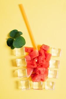 Wassermelonensaftbecher aus eiswürfel o