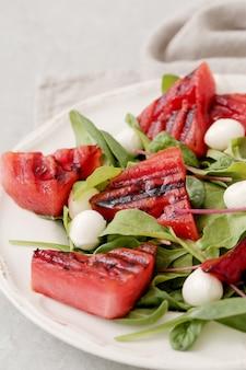 Wassermelonensalat auf weißem teller