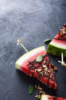 Wassermelonenscheibe eis am stiel mit schokolade