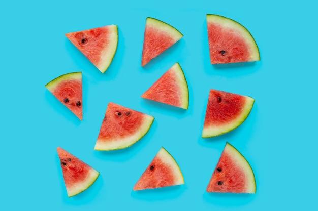 Wassermelonenscheiben auf blauem hintergrund. ansicht von oben
