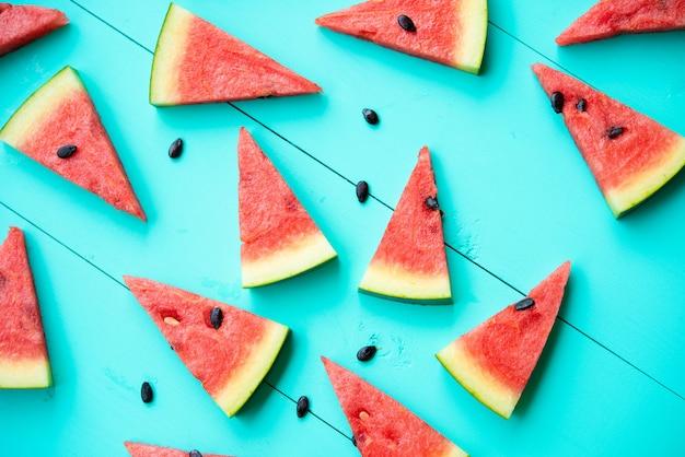 Wassermelonenscheiben auf blauer tabelle