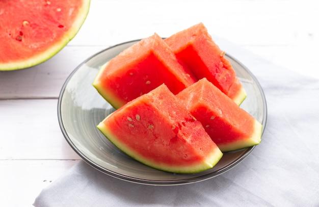 Wassermelonenscheiben auf einem teller, nahaufnahme. wassermelone ohne schwarze samen.
