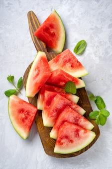 Wassermelonenscheiben auf holzbrett
