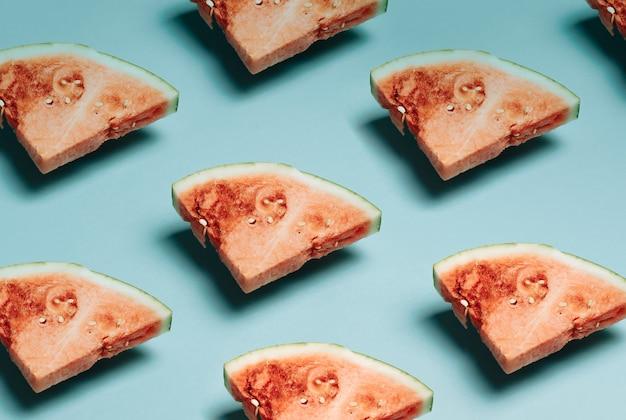 Wassermelonenscheiben auf pastellblauem hintergrund draufsicht mock-up minimal mit kopienraum-sommerkonzept