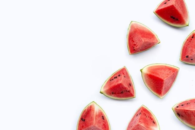Wassermelonenscheiben auf weißem hintergrund. ansicht von oben