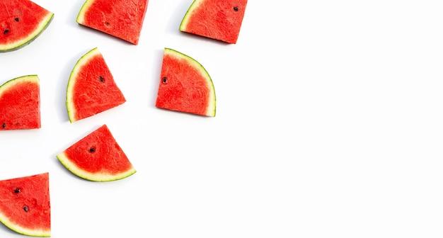 Wassermelonenscheiben auf weißem hintergrund.