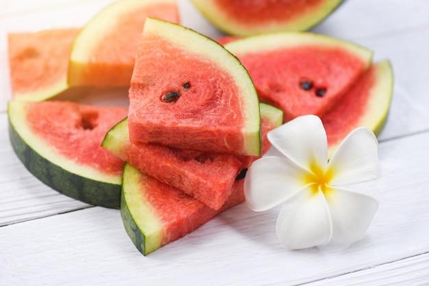 Wassermelonenscheiben und weiße blume