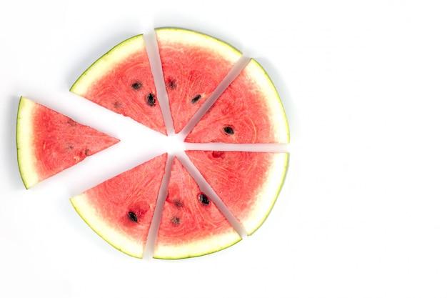 Wassermelonenscheiben wassermelonenscheiben angeordnet auf weiß mit kopienraum