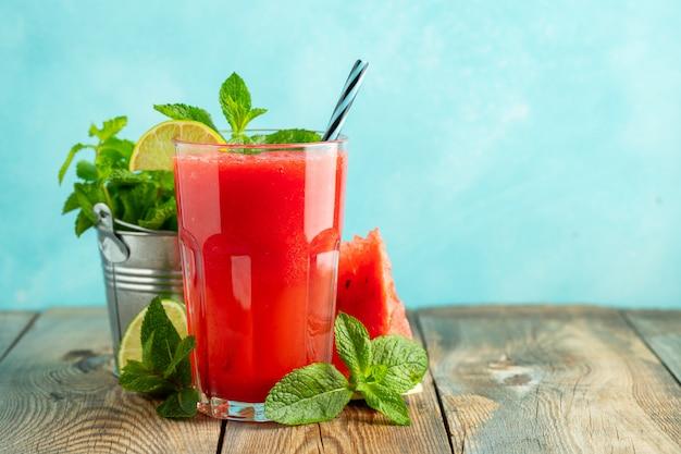 Wassermelonenslushie mit limette und minze.