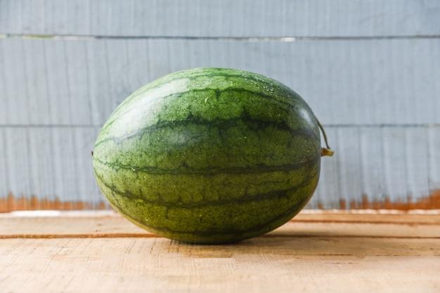 Wassermelonensommerfrucht frisch auf hölzernem