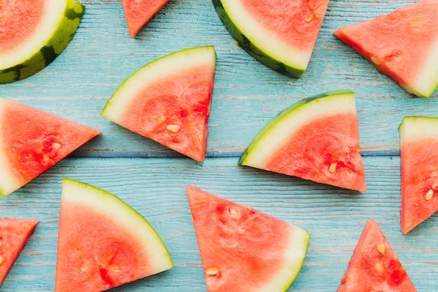 Wassermelonenstücke auf hölzernen planken