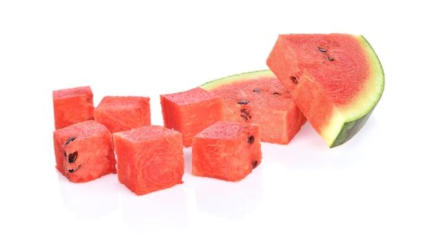 Wassermelonenwürfel auf weißem hintergrund