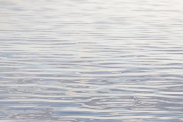 Wasseroberfläche mit wellen. wasser textur. foto in hoher qualität
