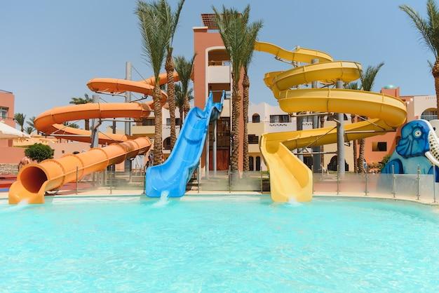 Wasserpark im tropischen ferienort